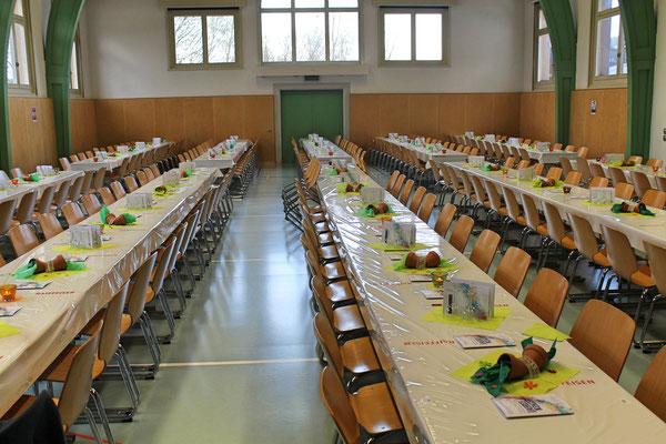 55 festlich gedeckte Tische «warten» in der Kölliker Mehrzweckhalle auf 330 Zuhörer; Jahreskonzert vom 1. April 2017