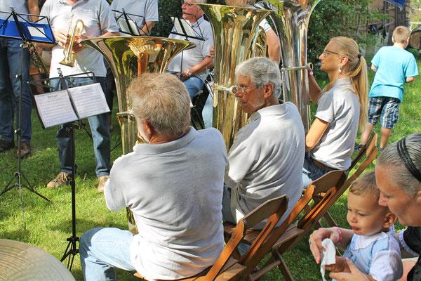 Bundesfeier beim Strohdachhaus 1. August 2017; Lui Huber (Es-Bass), Sepp Ottiger (B-Bass), Carolina Ammann (B-Bass)