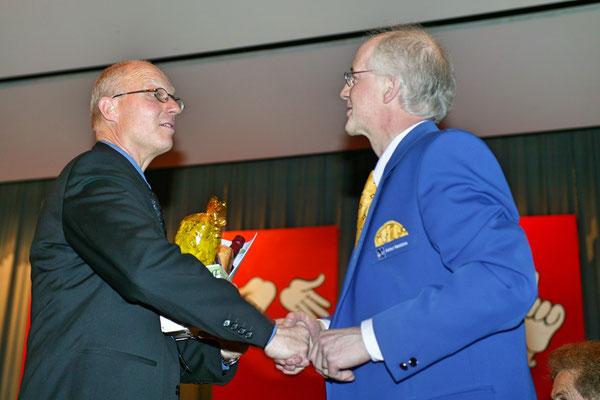 Jahreskonzert 19. März 2005; Hansjörg Ammann 20 Jahre MGK-Dirigent; Ehrung von Hansjörg Ammann durch Adolf Herzog, Vorstandsmitglied des Aaargauischen Musikverbands AMV