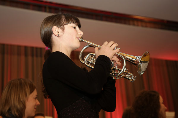 Musikschülerin Annamaria Gamp, Trompete; Jubiläumskonzert «125 Jahre MGK» 02.04.2016 MGK und MVU (D); Foto: Ruedi Hunziker, Atelier Lightning, Kölliken