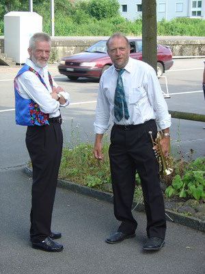Rolf Matter (Fähnrich Handharmonika-Club Kölliken-Safenwil) und Ruedi Schmid; Empfang der Jodler am 28. Juni 2008 am Bahnhof Kölliken