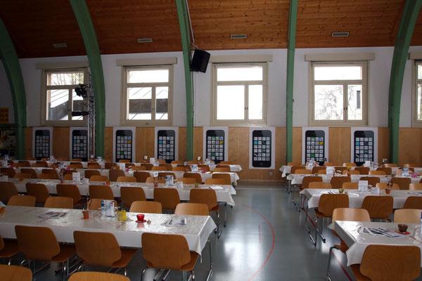 Mehrzweckhalle (von Daniele Fabbro) geschmückt mit den Vorschlägen der Klassen 4a und 4b (2015/2016) der Bezirksschule Kölliken für ein Jubiläumslogo (Kacheln in den Smartphones); Jubiläumskonzert «125 Jahre MGK» 02.04.2016; Foto: Ruedi Hunziker, Kölliken
