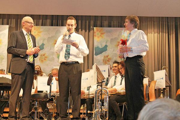 Hansjörg Ammann (30 Jahre Dirigent MGK), Matthias Zeltner (Präsident), Johanna Foltrauer (Vizepräsidentin); Jahreskonzert 28. März 2015 in der Mehrzweckhalle Kölliken