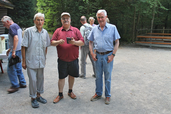 Hock (Grillieren) bei der Waldhütte Salamander Kölliken 1. Juli 2019; v.l. Sepp Ottiger, Giovanni Pisano, Max Hächler