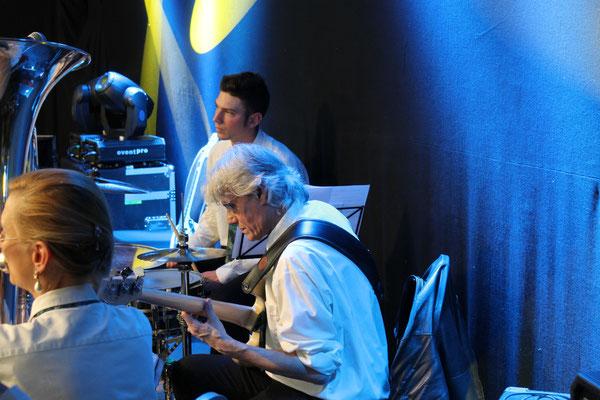 Carolina Ammann (B-Bass), Marius Bröchin (E-Bass), Claudius Ammann (Schlagzeug); Bärenfest 3. Mai 2015 Kölliken