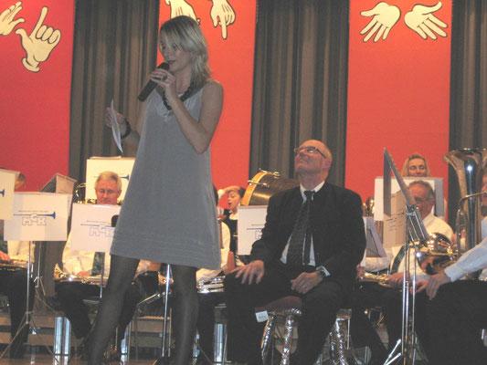 Ansage Melanie Brogli; Jahreskonzert 27. März 2010; 25-Jahr-Jubiläum Hansjörg Ammann