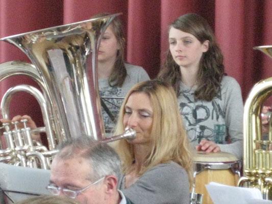 Carolina Ammannn (Bass); Linda und Ursina Ammann (Percussion); Probesamstag in der Arche am 6. März 2010