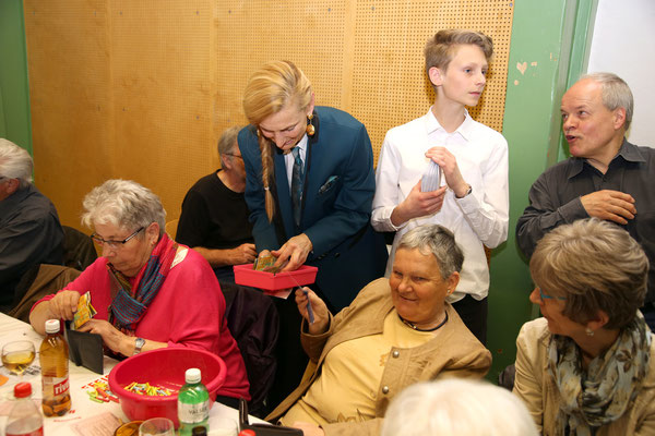 Carolina Ammann und Sohn Valentin beim Losverkauf; Jubiläumskonzert «125 Jahre MGK» 02.04.2016 MGK und MVU (D); Foto: Ruedi Hunziker, Atelier Lightning, Kölliken
