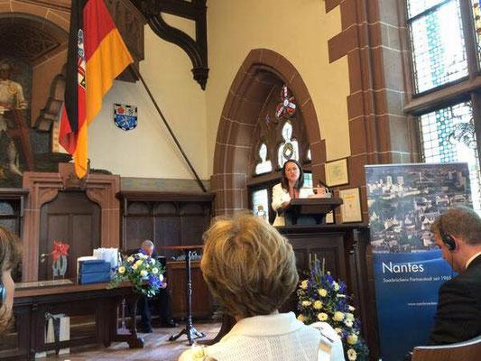 Trophée remis par Mme Le Maire Johanna Rolland (Nantes, 44) à Mme Le Maire de Sarrebruck (Allemagne) pour les 50 ans du Jumelage