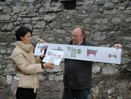 Die Bauforscher Sonja Mitterer und Walter Hauser präsentieren Pläne von der Restaurierung.