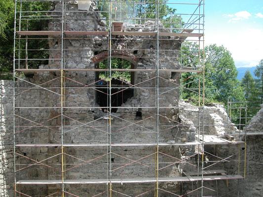 Der Torbogen wurde mit Tuffsteinen rekonstruiert und die Krone gesichert.