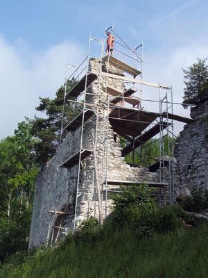 Nach dem Hochziehen der Fundamentmauer wurden die Reste gesichert.