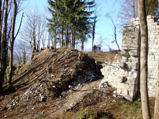 Wie überall, so war auch die Ostmauer tief im eigenen Schutt begraben.