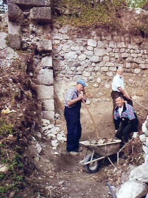 Unter tatkräftiger Mithilfe von Pensionisten wurde die Ostmauer sukzessive freigelegt.