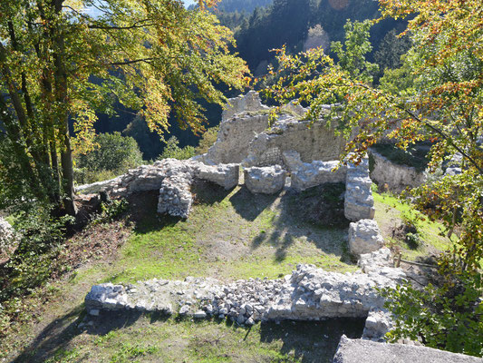 Blick auf die mächtigen Grundmauern des Bergfrieds.