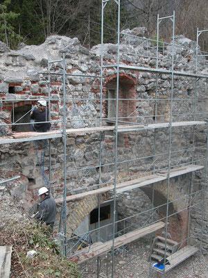 Im Zuge der Sanierung mussten Betonmörtel und Ziegel früherer Sicherungsmaßnahmen aufwändig entfernt werden.
