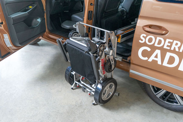 Ergoflix E-Rollstuhl Verladung im Caddy 5 mit Ladeboy