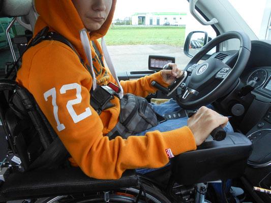 Mit dme Rollstuhl bis hinter das Lenkrad fahren. Elektronisch, digitale Fahrsysteme: Space Drive