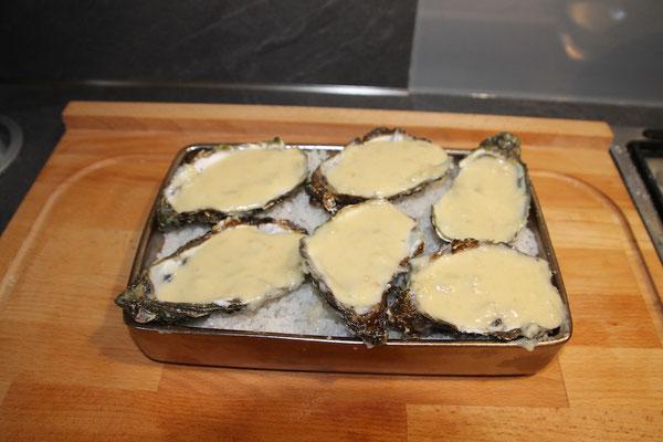 Huîtres nappées de la sauce au fromage et à l'echalotte