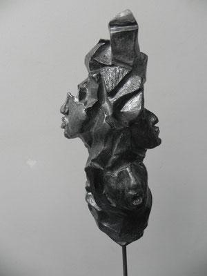 """""""Self expression""""   noir granit   32cm    sur socle béton tige acier   haut 108cm       250 euros"""