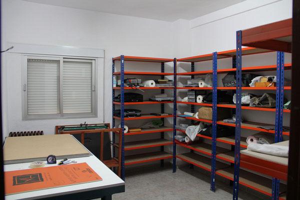 Mesa de corte y almacén para el material de los alumnos.