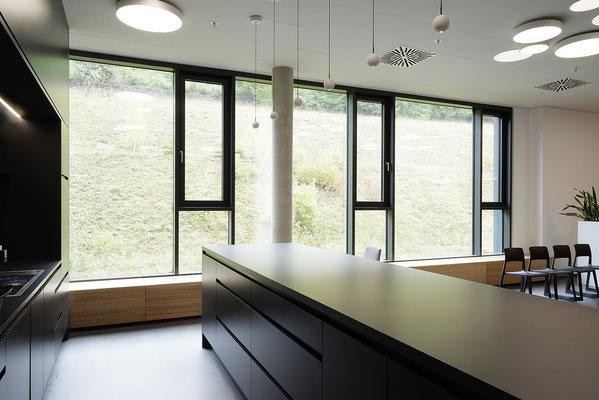 Wienss Innenausbau GmbH - Carl Zeiss AG - Innenausbau Büro in Oberkochen - www.wienss-innenausbau.de - Bibliothek & Schränke - Ansicht Heizungsblenden aus Eiche Multiplex - Detail Theke