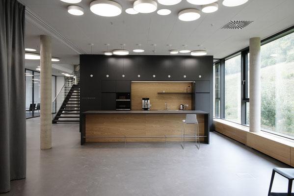Wienss Innenausbau GmbH - Carl Zeiss AG - Innenausbau Büro in Oberkochen - www.wienss-innenausbau.de - Bibliothek & Schränke - Ansicht Heizungsblenden aus Eiche Multiplex - Ansicht Küche