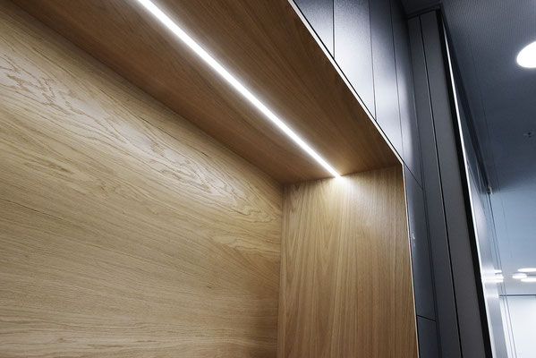 Wienss Innenausbau GmbH - Carl Zeiss AG - Innenausbau Büro in Oberkochen - www.wienss-innenausbau.de - Garderobenschrank mit Schließfächern - LED Beleuchtung