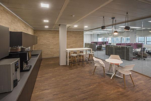 Umbau GENO Haus Stuttgart - Wienss Innenausbau GmbH - Teeküche mit Rückwand aus Spaltzholz und Objekt Linoleum