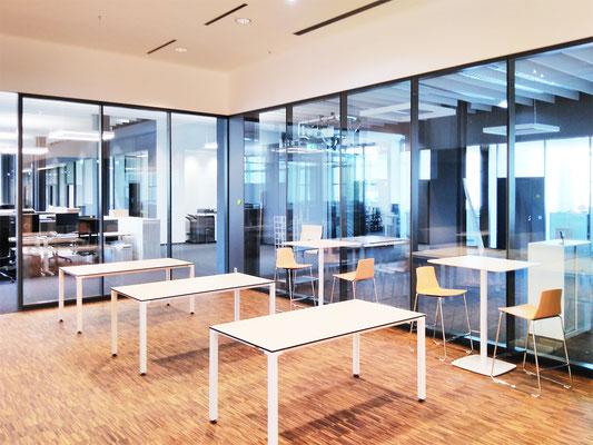 Wienss Innenausbau GmbH - Carl Zeiss AG - Innenausbau, Objektbau, Cafeteria - mit Tischen