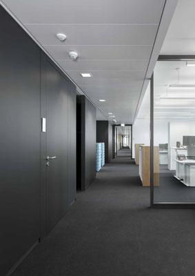 Trennwand aus Glas im Büro - Sichtbare Perfektion - Foto: feco-feederle GmbH, Fotograf Nikolay Kazakov - Strukur der Arbeitsflächen