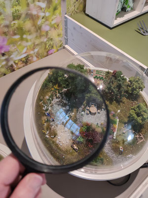 Wienss Innenausbau GmbH - Innenausbau, Objektbau, Museumsbau - hier: Gartenmuseum Lennestadt - Miniaturwelten, Gartendetail in h0 -www.wienss-innenausbau.de - mit Lupe