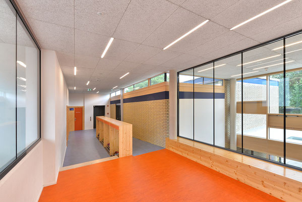 Wienss Innenausbau GmbH - Innenausbau, Objektbau, Umbau Rinnenäckerschule Waiblingen - Garderobe und Absturzsicherung - Fensterverkleidung