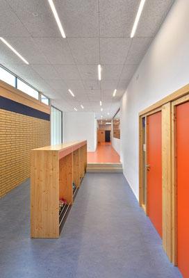 Wienss Innenausbau GmbH - Innenausbau, Objektbau, Umbau Rinnenäckerschule Waiblingen - Garderobe und Absturzsicherung - Garderoben mit Gang und Flur