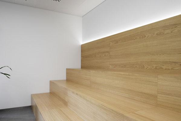 Wienss Innenausbau GmbH - Carl Zeiss AG - Innenausbau Büro in Oberkochen - www.wienss-innenausbau.de - Bibliothek & Schränke - Ansicht Forum aus Eiche Multiplex - Detail Treppe