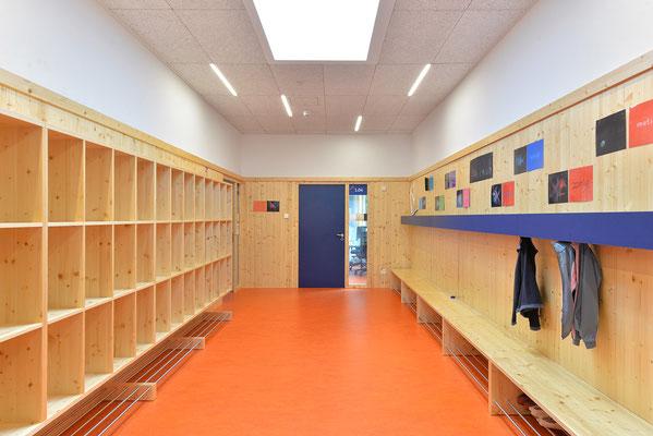 Wienss Innenausbau GmbH - Innenausbau, Objektbau, Umbau Rinnenäckerschule Waiblingen - Garderobe und Absturzsicherung - Garderoben