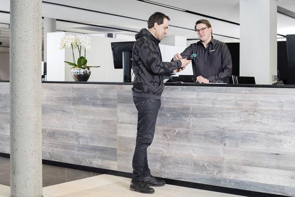 Wienss Innenausbau GmbH - Innenausbau, Objektbau KONZ Baustoffe Waiblingen - Beratungsgespräch - Theke aus Shabby-Chique-Holz