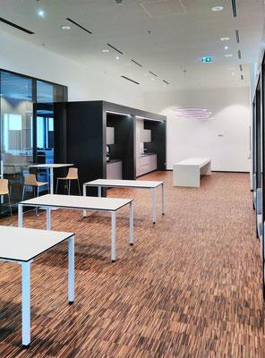 Wienss Innenausbau GmbH - Carl Zeiss AG - Innenausbau, Objektbau, Cafeteria -mit Tischen