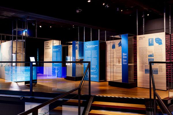 Innenausbau, Museumsbau, Objektbau von Wienss Innenausbau aus Welzheim für die Region Stuttgart, Reutlingen und weit darüber hinaus... das Lindenmuseum Stuttgart von www.wienss-innenausbau.de - Regale mit Blau