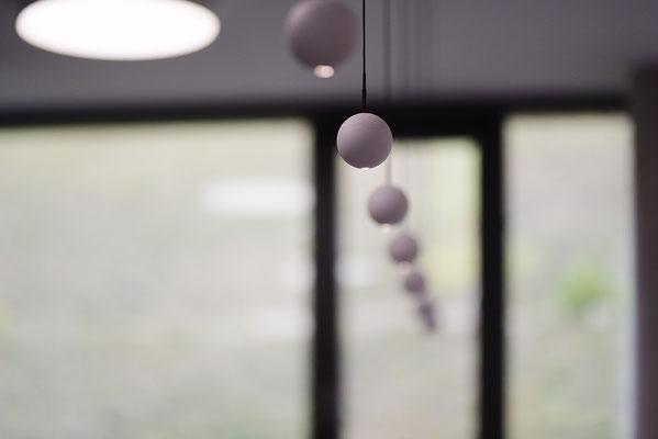 Wienss Innenausbau GmbH - Carl Zeiss AG - Innenausbau Büro in Oberkochen - www.wienss-innenausbau.de - Bibliothek & Schränke - Ansicht Heizungsblenden aus Eiche Multiplex - Detail Beleuchtung