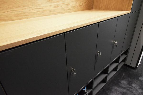 Wienss Innenausbau GmbH - Carl Zeiss AG - Innenausbau Büro in Oberkochen - www.wienss-innenausbau.de - Garderobenschrank mit Schließfächern - mit Fächern