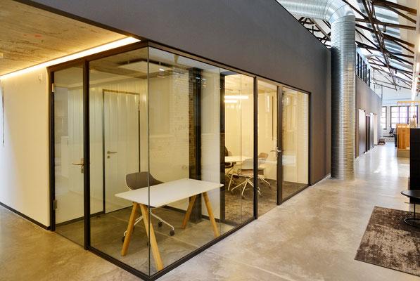 Büro mit industrial Flair: Ebner Stolz Reutlingen Alte Färberei - Innenausbau, Glastrennwände von und mit Wienss. Innenausbau. www.wienss-innenausbau.de - Büro mit Glastrennwand