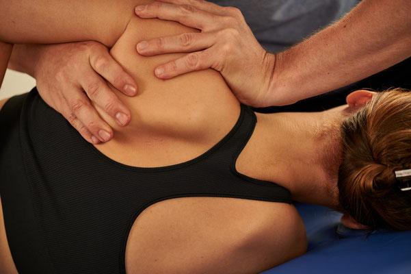 Parietale Osteopathie: Behandlung des Rücken einer Frau