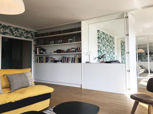conception et réalisation d'une bibliothèque/paroi écran/paravent vers petit salon/couchage occasionnel