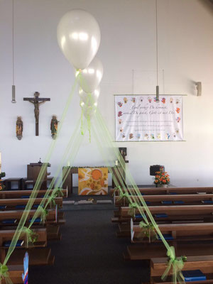 Einfache Kirchendekoration mit Heliumballonen