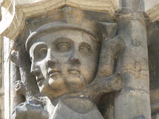 Gesicht mit drei Nasen und vier Augen