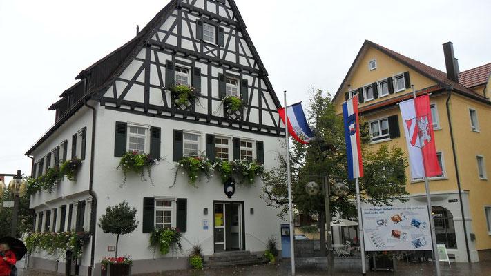 Auf dem Markt sind die Flaggen der Partnerstätte Pfullingen, Passy und Lichtenstein gehisst