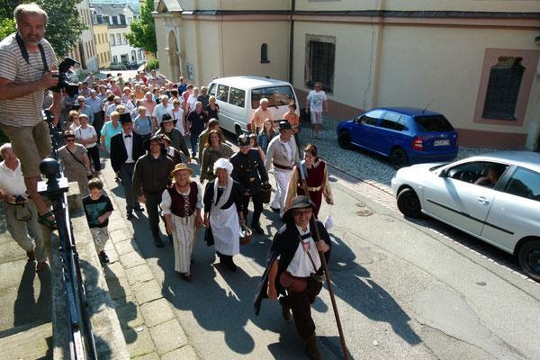 Die Teilnehmer auf dem Weg