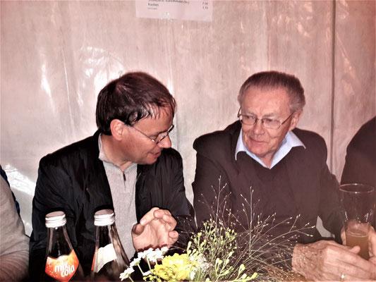 Herr Fink, die gute Seele unseres Besuchs, im Gespräch mit Prof. Groth