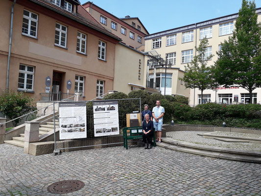 Derv Standort mit den Schöpfern der Ausstellung